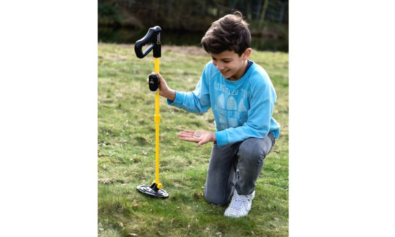 The metal detector - an excellent beach activity